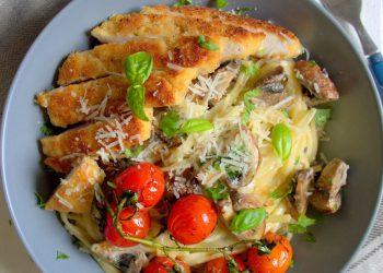 Linguine sauce alfredo, chicken parmesan, champignons et tomates rôties