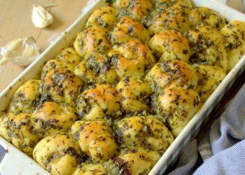 Petits pains noués au beurre à l'ail