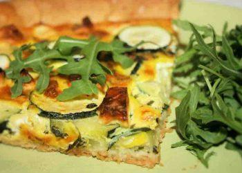 Tarte au fromage de chèvre frais, féta, courgettes et menthe