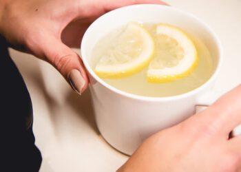 Voici ce qui se produit lorsque vous buvez de l'eau au citron le matin et ses effets secondaires