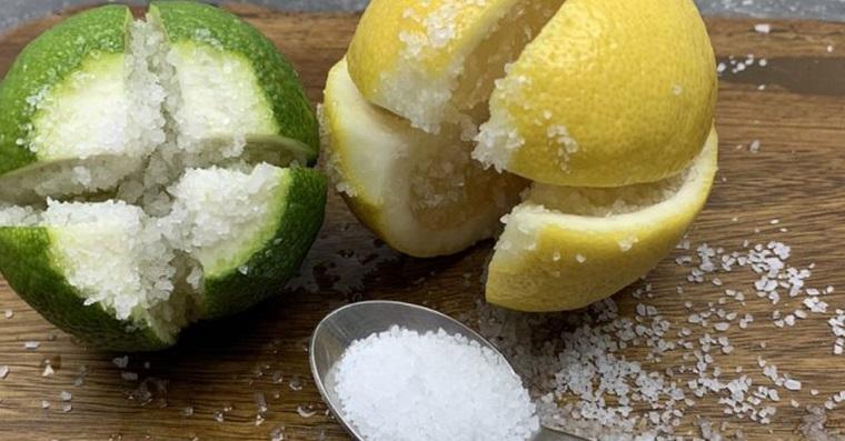 Coupez un citron en 4 et mettez-y un peu de sel - une astuce qui vous fera beaucoup de bien