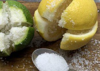Coupez un citron en 4 et mettez-y un peu de sel - une astuce qui vous fera du bien