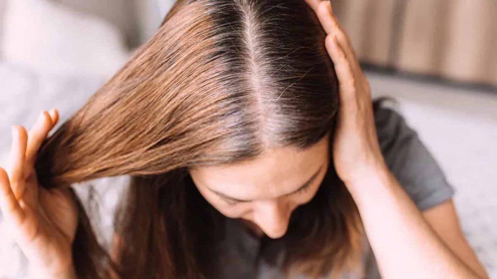 Cheveux blancs: Cette astuce très efficace pour les faire disparaître de façon naturelle, selon la science